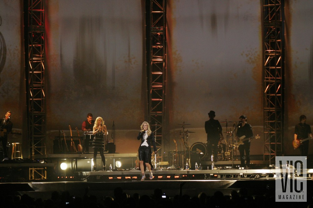 Carrie Underwood Play on Tour Sizzles Concert Country music vie magazine