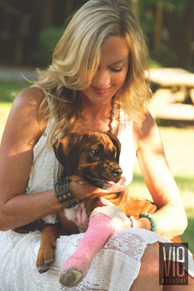 Vie Magazine Alaqua Animal Refuge Laurie Hood puppy with pink cast