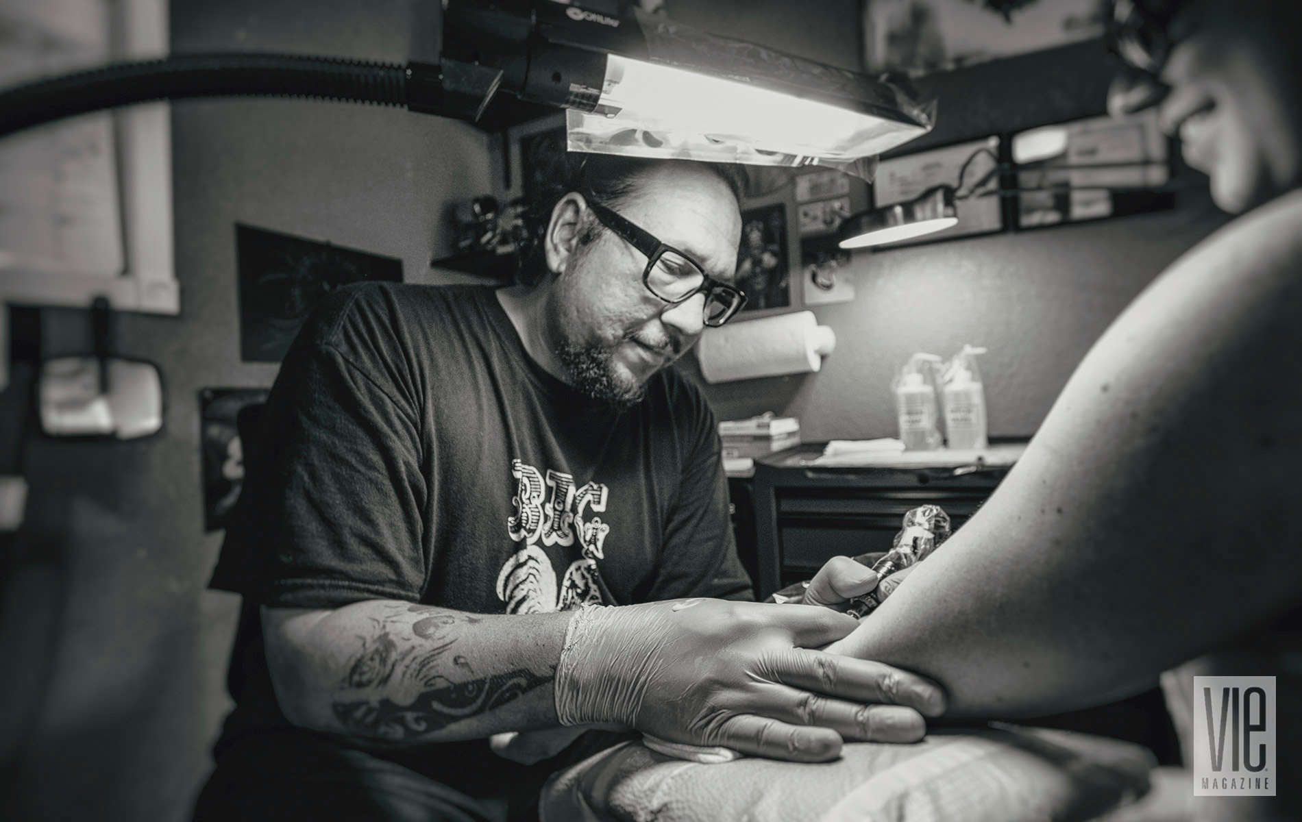 Eddie Davis giving a tattoo in Fort Walton Beach Florida