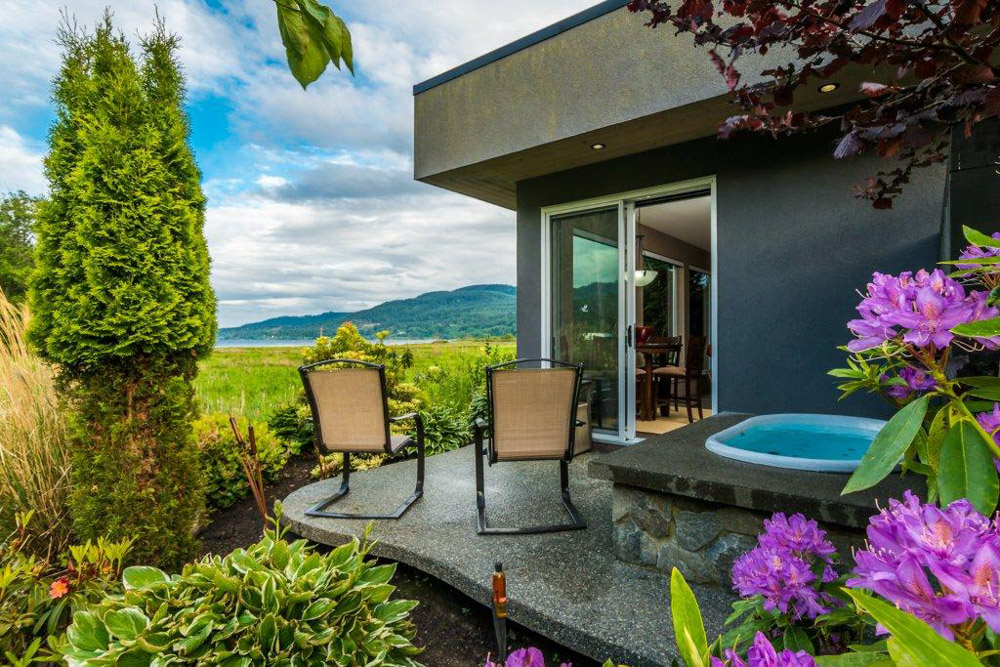 Jacuzzi and patio at The Inn at Estuary in Vancouver Island, Canada