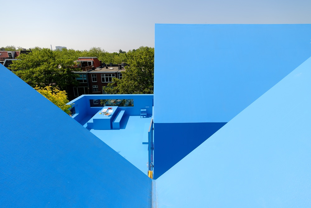 Ariel view of the roof and the geometric lines that are created as the blue walls meet.